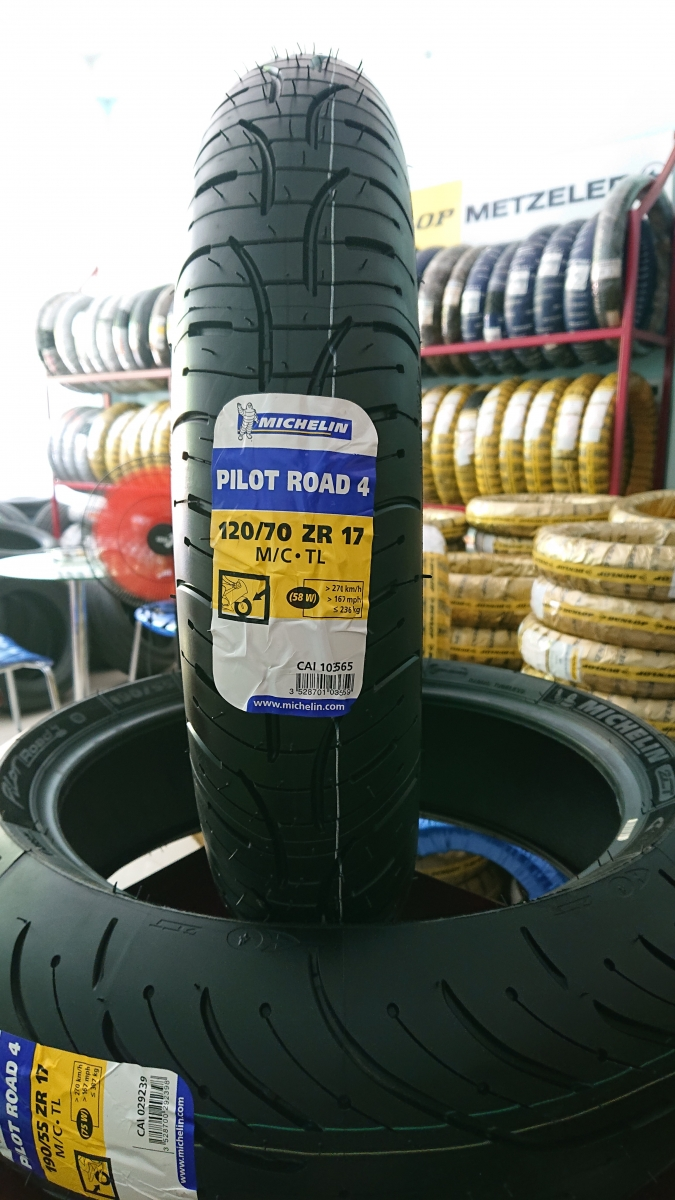 MICHELIN 120/70 ZR17 58W Pilot Road 4 (Brand of France/Made in Spain)